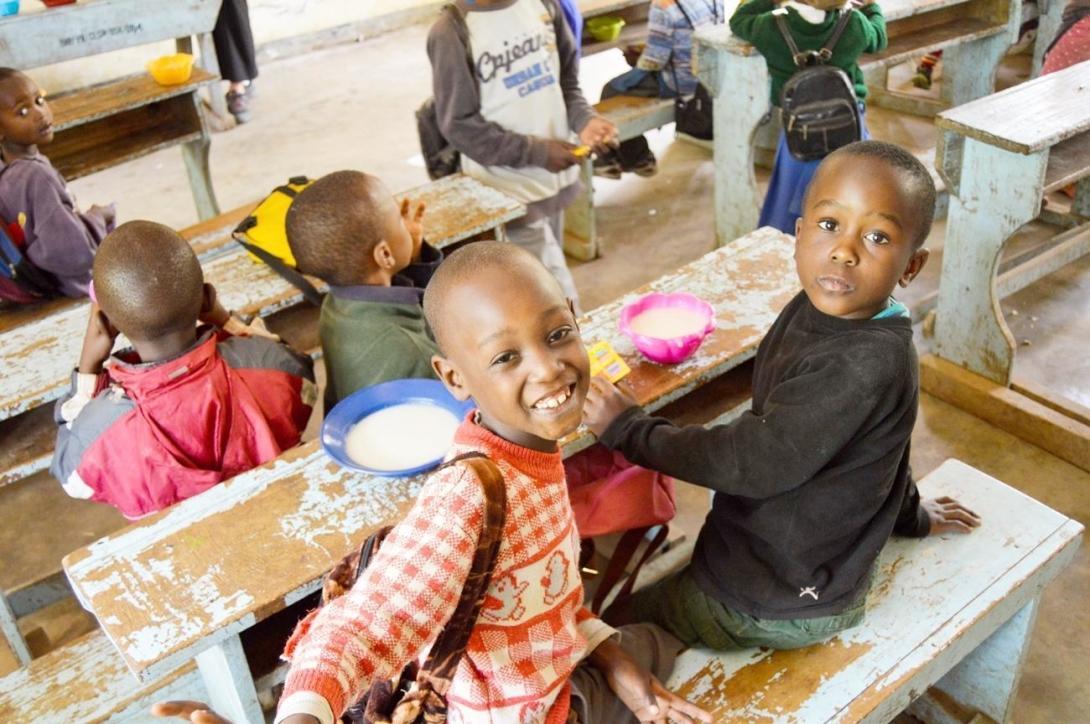 タンザニアの学校で学ぶ幼い子供たち